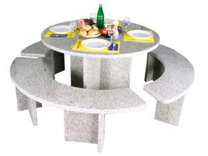 Tavolo rotondo con panche in granito
